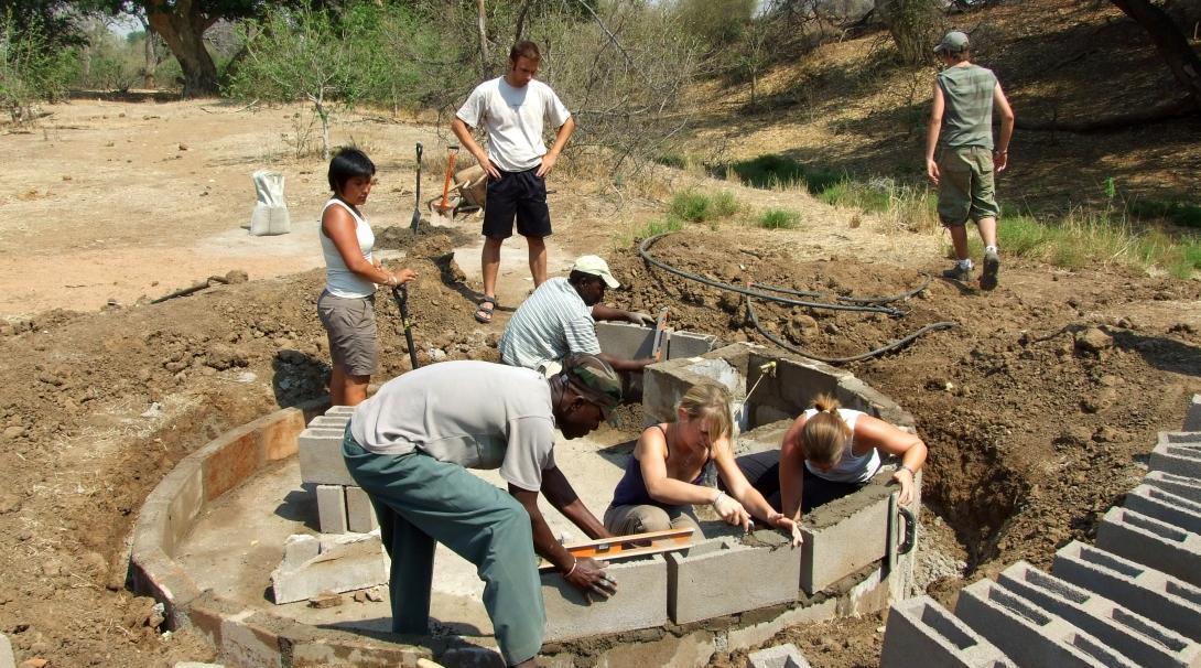 Voluntarios ambientales ayudan en la reserva de conservación de vida salvaje en Botsuana.